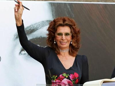 Napoli-Sophia-Loren-riceve-cittadinanza-onoraria-e-si-commuove